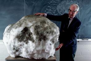 دکتر فرد ویپل، در یکی از کلاس هایش در دانشگاه هاروارد، به همراه یک گلوله ی ۵۰۰ پوندی از یخ و غبار و کثیفی، در حال توضیح و تشریح آناتومی یک دنباله دار برای شاگردانش.